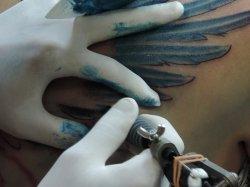robienie tatuażu